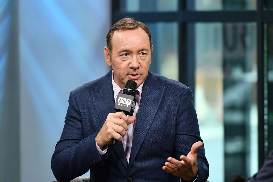Kevin Spacey's bizarre comeback continues with pizza for paparazzi