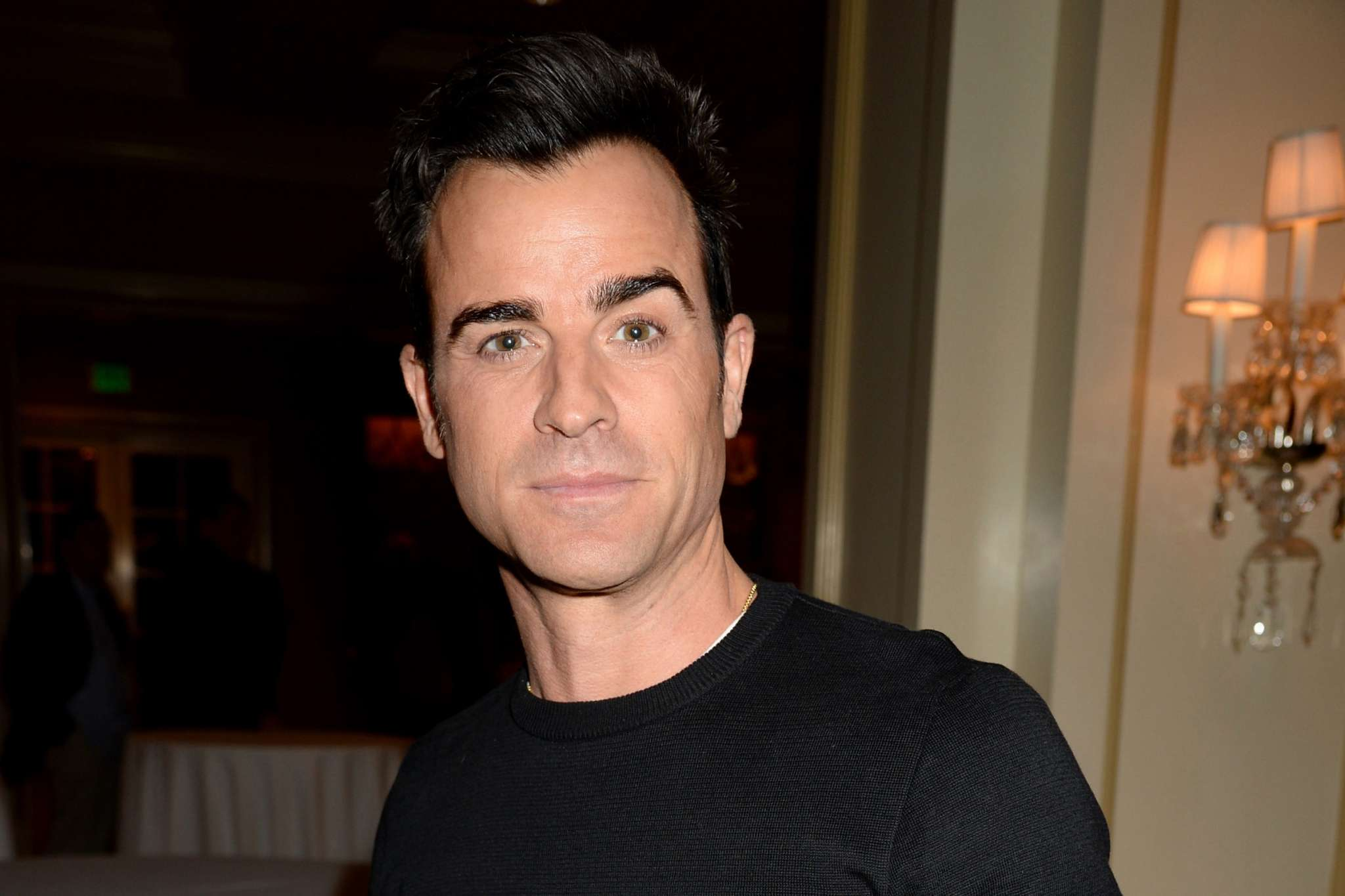 Elizabeth Hurley Reveals She Isnt Dating Justin Theroux