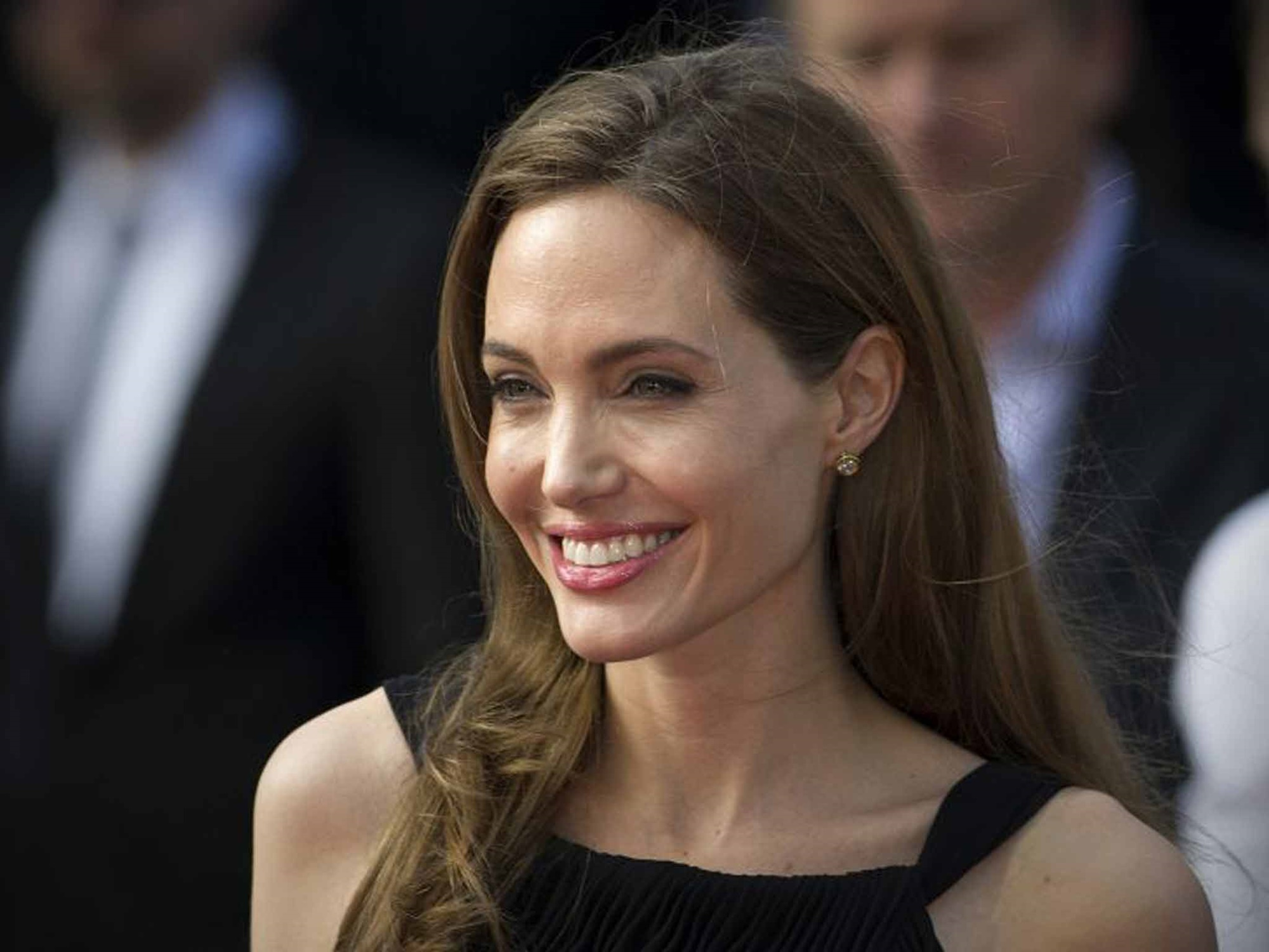 """angelina-jolie-is-finally-able-to-move-on-after-brad-pitt-divorce-thanks-to-this-controversial-man"""