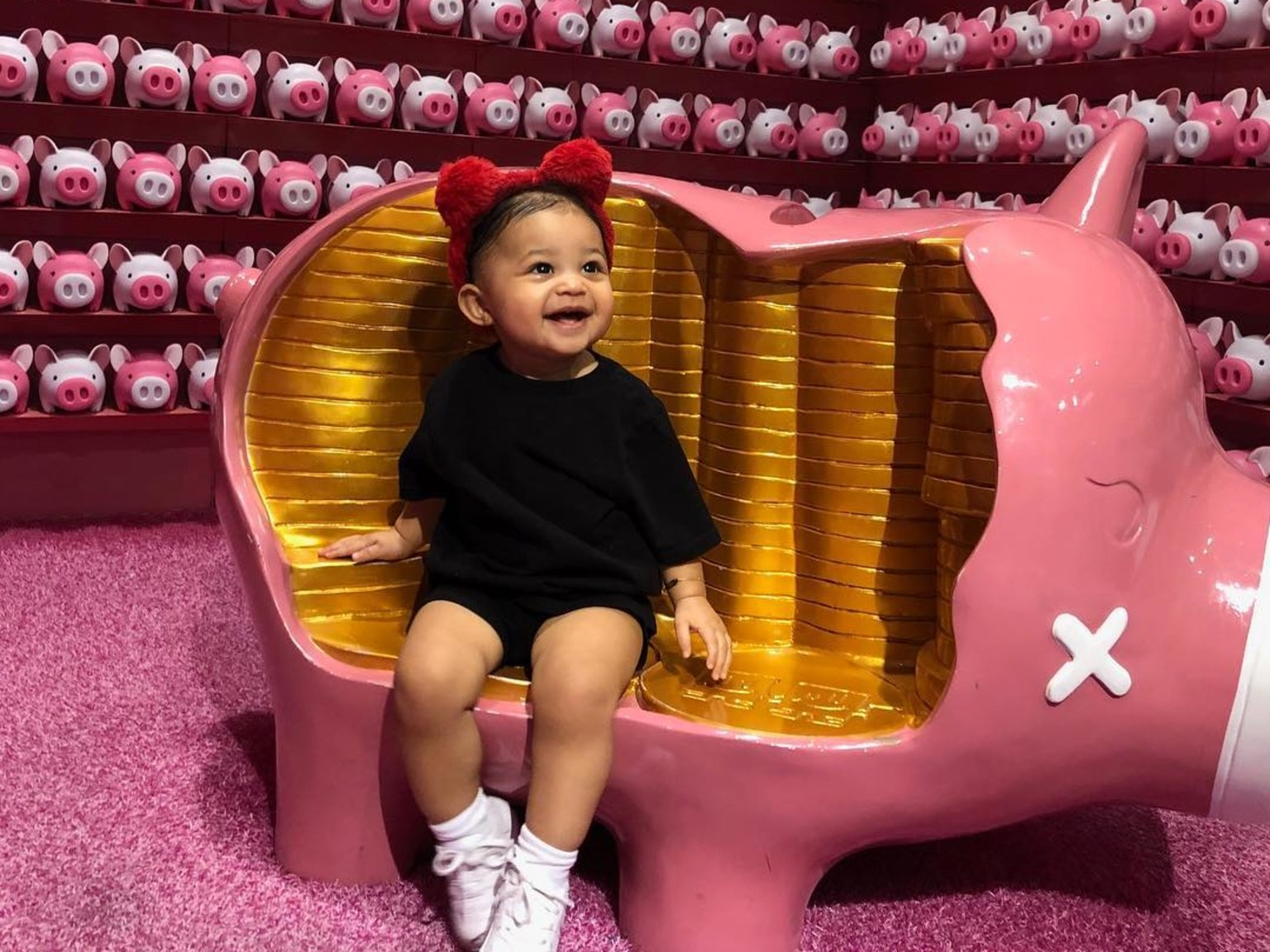 """kuwk-kylie-jenner-had-a-huge-inflatable-stormi-head-at-daughters-first-b-day-party-inspired-by-dad-travis-scotts-astroworld"""