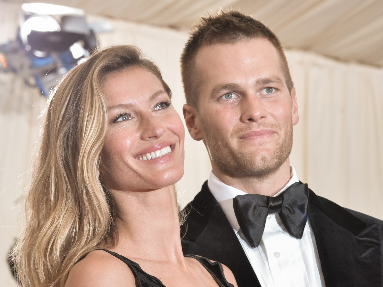 """gisele-bundchen-shows-support-to-hubby-tom-brady-just-in-time-for-his-super-bowl-game-with-sweet-message"""