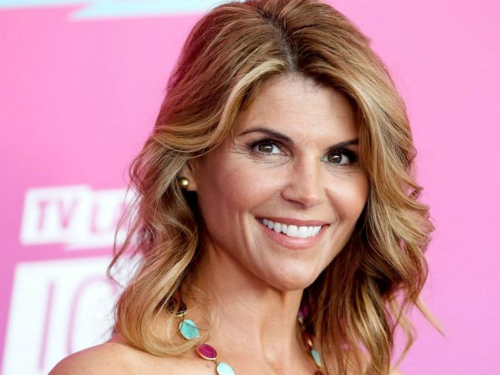 """lori-loughlin-breaks-silence-on-college-admissions-cheating-sandal-as-she-and-husband-mossimo-giannulli-make-first-public-appearance"""