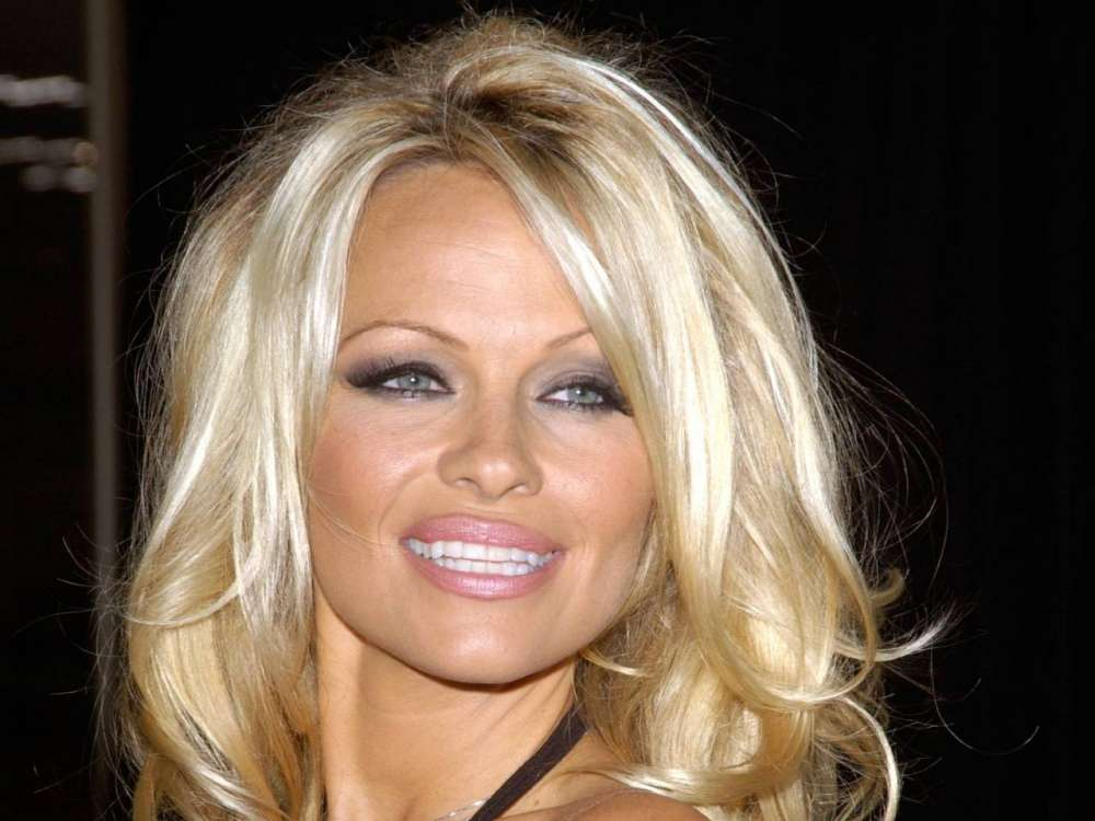 pamela-anderson-says-she-misses-julian-assange-on-twitter