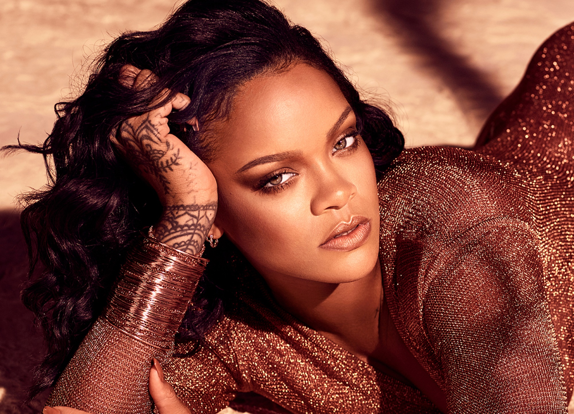 rihanna-shows-all-natural-curves-in-seductive-new-photos