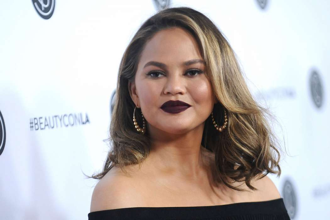 chrissy-teigen-not-allowed-to-watch-game-of-thrones-because-mike-rosenthal-says-she-talks-too-much