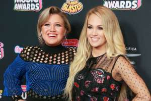 Kelly Clarkson Addresses Those Feud Rumors With Carrie Underwood In Funny Post