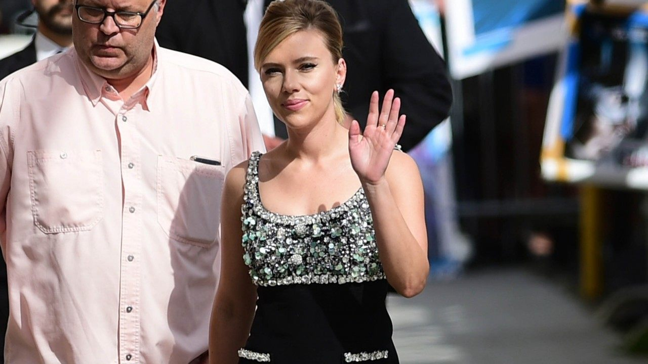 scarlett-johanssons-security-overpowered-by-paparazzi-the-actress-goes-to-the-police