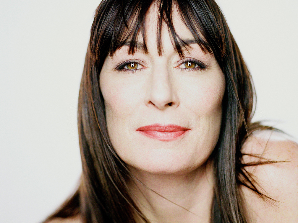"""anjelica-huston-refuses-to-back-down-following-controversial-critique-of-de-niro-and-diane-keaton"""