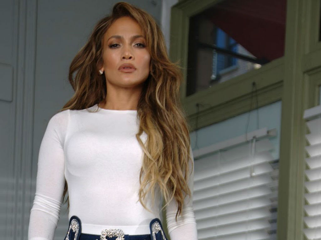 """jennifer-lopez-flaunts-toned-abs-in-instagram-post-that-has-fans-losing-their-minds"""