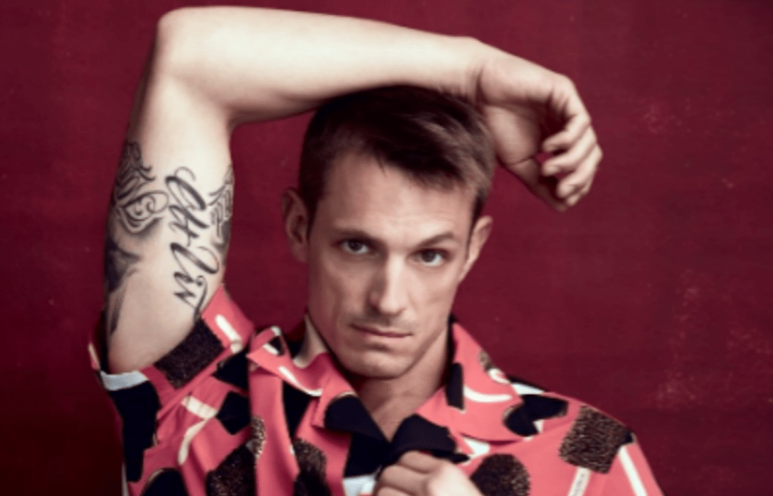 joel-kinnaman-poses-in-a-chair-and-social-media-goes-wild-watch-the-video