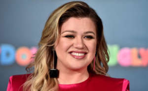 Kelly Clarkson Almost Falls Flat On Her Face At Red Carpet Event But Has Epic Recovery - Check Out The Vid!