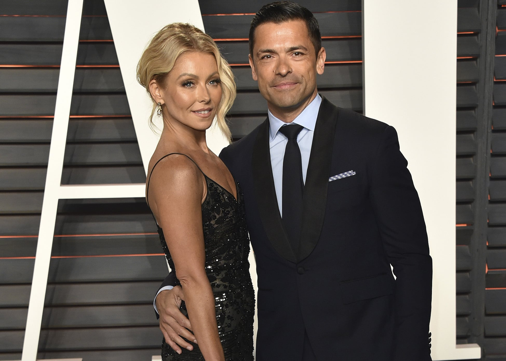 """kelly-ripa-pokes-fun-at-hubby-mark-consuelos-for-taking-her-to-wrestling-match-and-not-the-met-gala-in-hilarious-videos"""