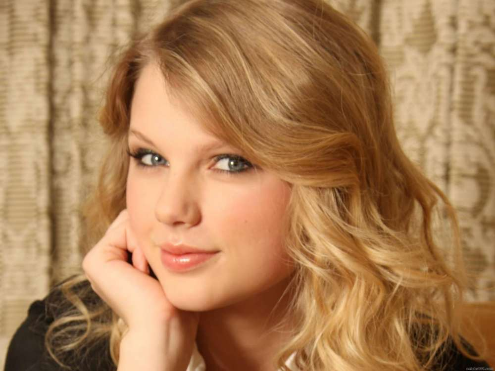 taylor-swift-accused-of-ripping-off-beyonces-coachella-performance-fans-think-beyonce-invented-marching-band-aided-concert