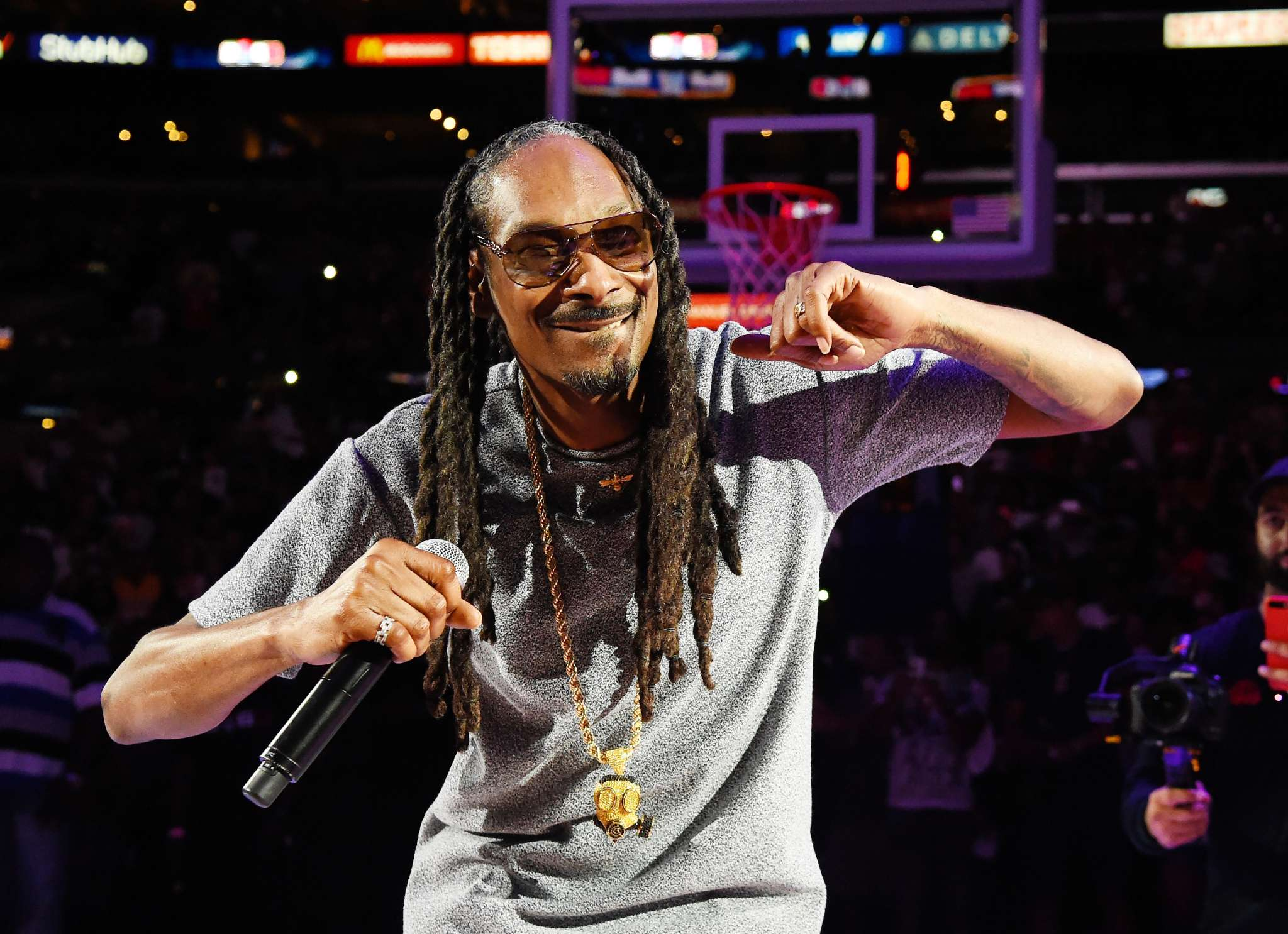 """snoop-dogg-has-a-problem-that-rapper-t-i-could-fix-according-to-fans-check-out-whats-this-all-about"""