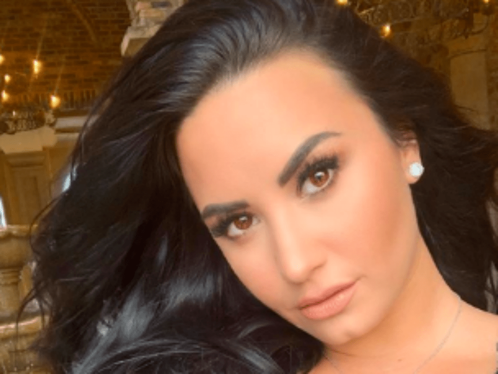 Famous Singers Naked demi lovato snapchat hacked fans defend singer after