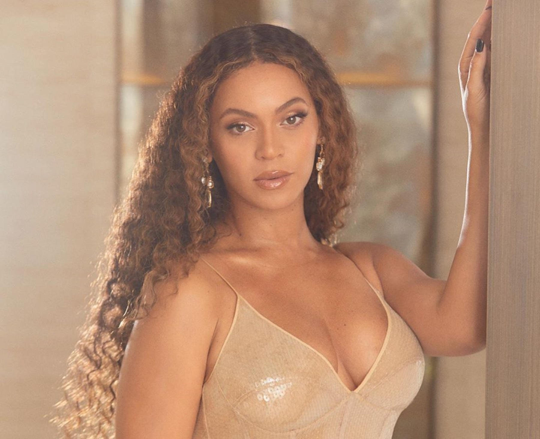 """""""beyonce-shines-like-a-diamond-in-new-photos-at-jay-zs-foundation-gala-in-sheer-dress-and-billion-dollar-purse"""""""