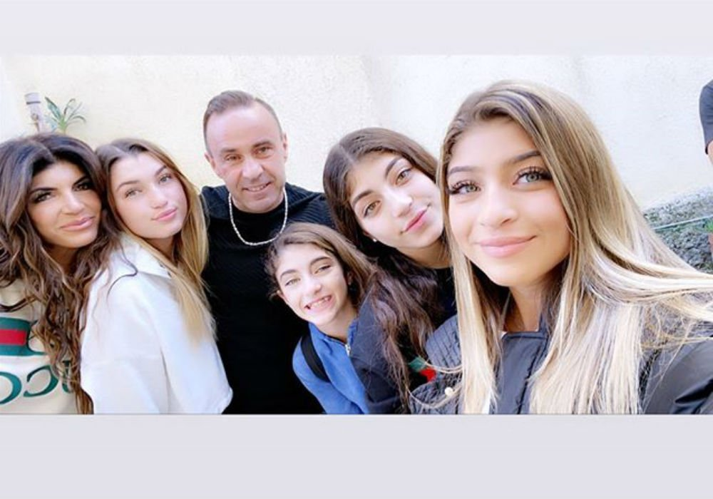 RHONJ - Joe Giudice Reunites With Teresa And His Daughters In Italy