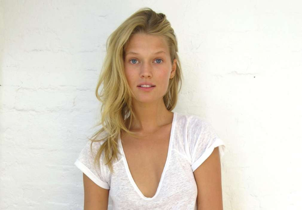 ex-girlfriend-of-leonardo-dicaprio-tori-garrn-announces-engagement-to-alex-pettyfer