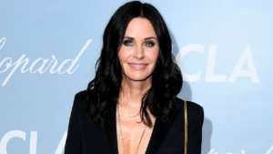 Courteney Cox Posts Throwback Picture Of The 'Friends' Cast Enjoying Dinner Together Just Before Filming The Finale 15 Years Ago!