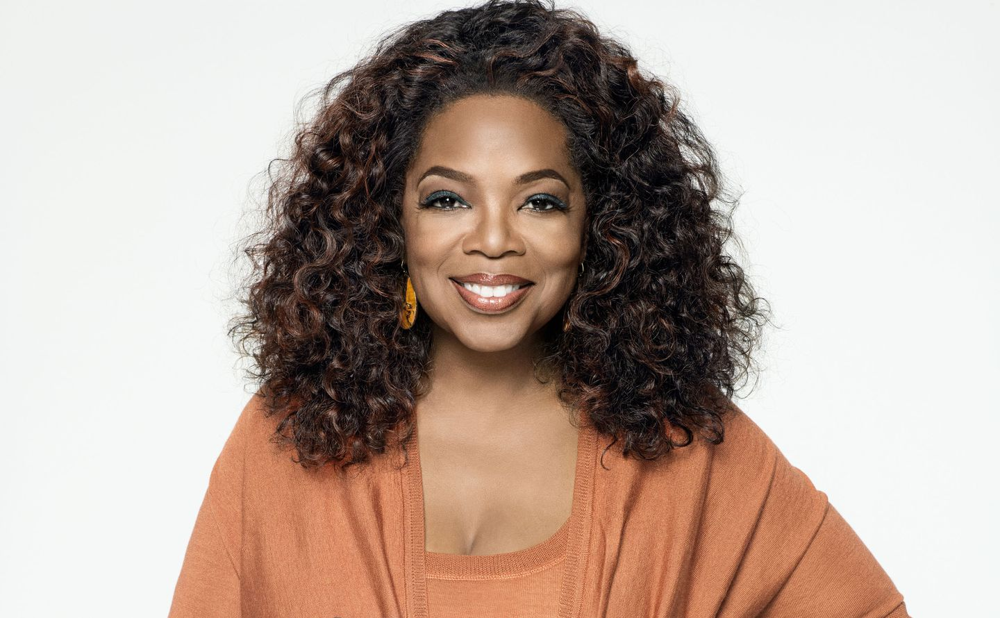 oprah-winfrey-falls-down-on-stage-at-event-see-the-video