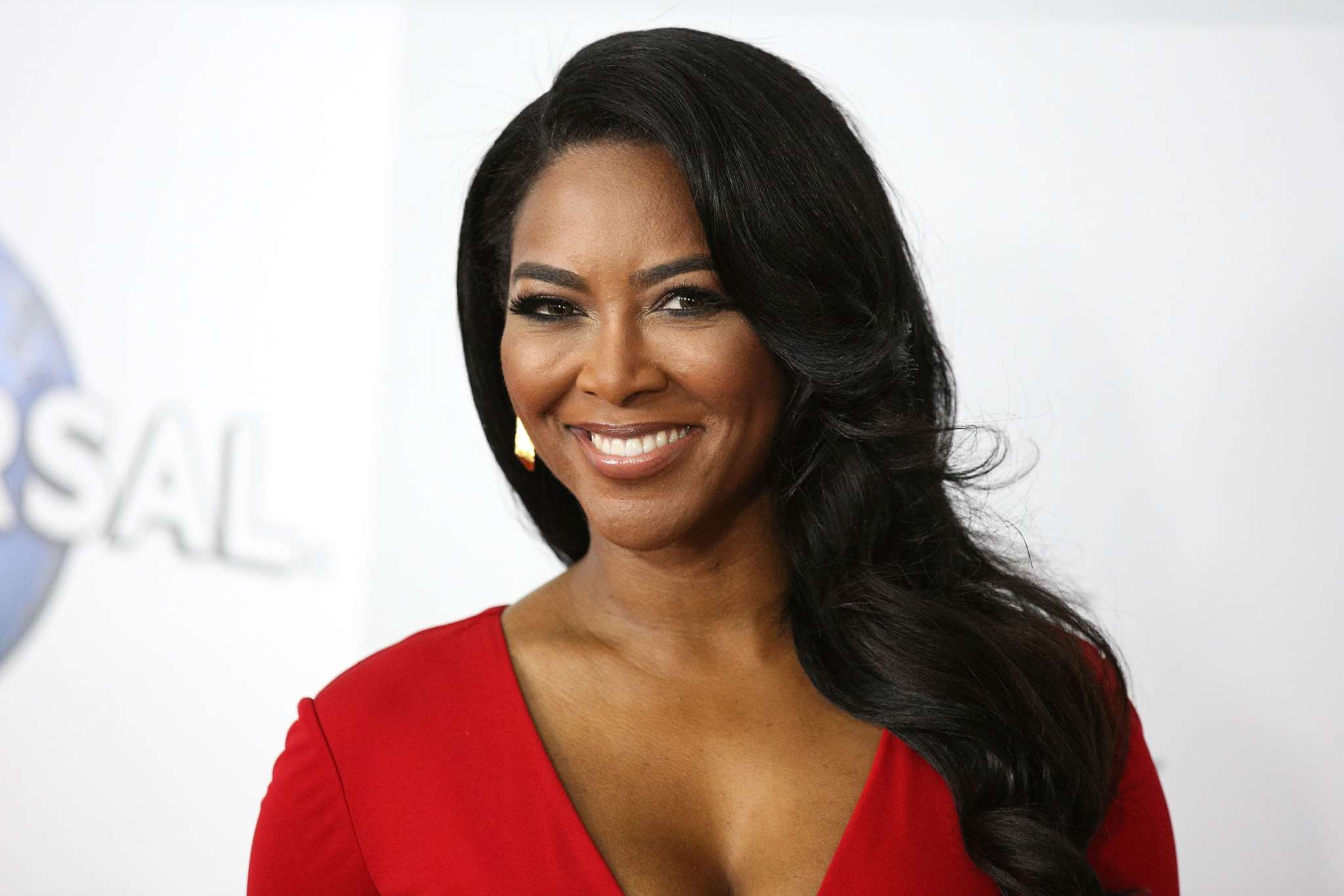 Kenya Moore Shows Off Her Amazing Curves In An All-White Outfit