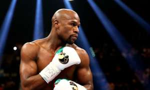 Floyd Mayweather Jr. Shows Up At Nightclub With No Facemask - Some People Are Outraged And Others Not So Much