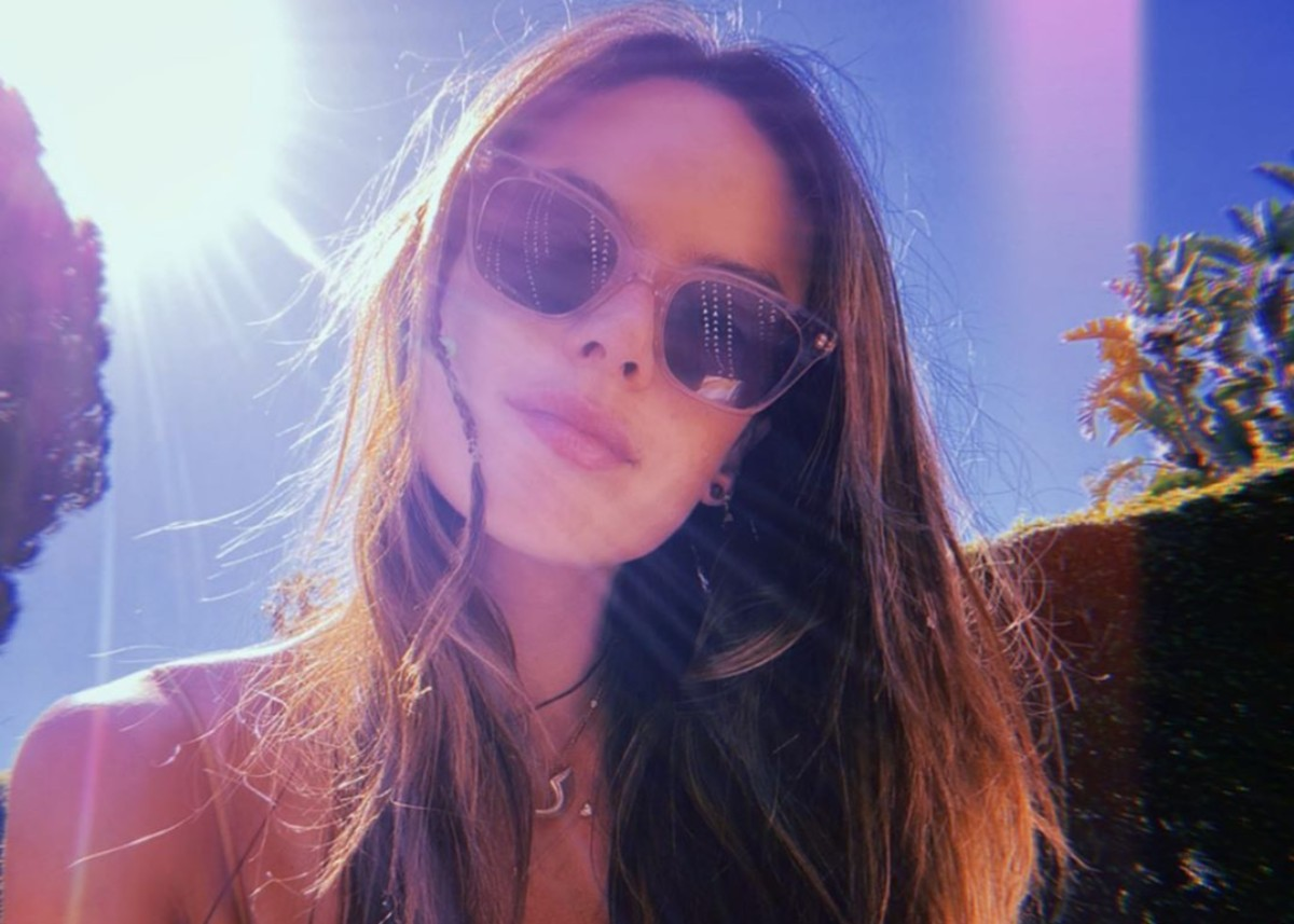 alessandra-ambrosio-is-gorgeous-in-boho-chic-at-the-beach