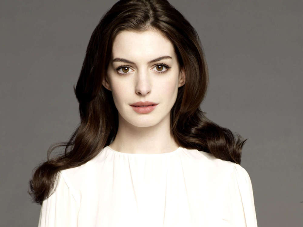 """anne-hathaway-says-that-christopher-nolan-banned-chairs-on-his-set"""