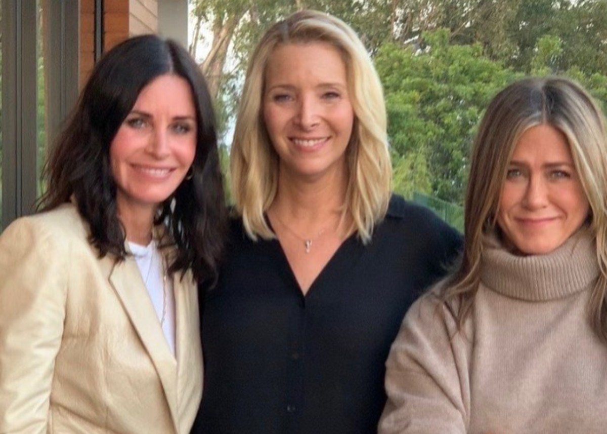 jennifer-aniston-lisa-kudrow-and-courteney-cox-from-friends-reunite-to-tell-fans-to-vote