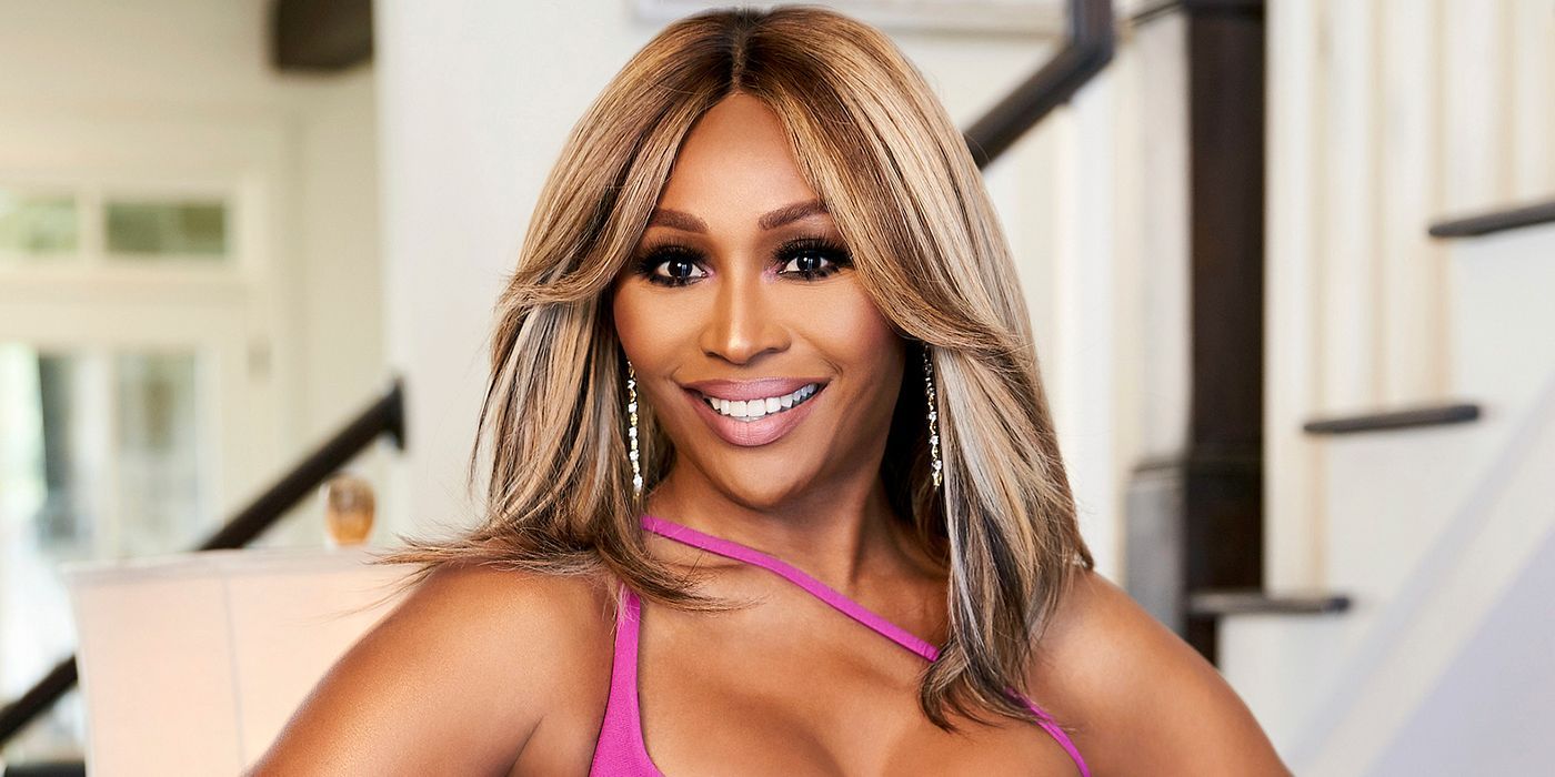 mike-hill-snaps-a-photo-of-cynthia-bailey-and-fans-are-here-for-it