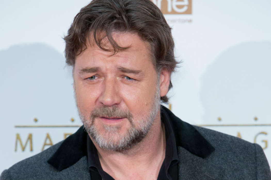 """russell-crowe-donates-money-to-help-fan-pay-for-acting-education"""