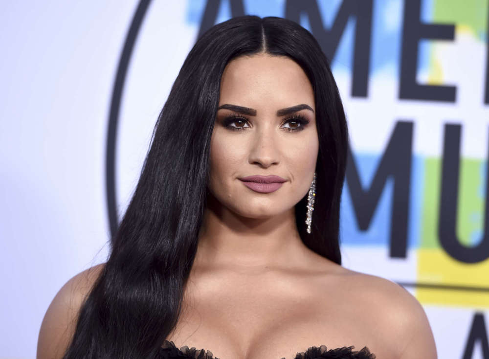 demi-lovato-posts-photo-without-engagement-ring-for-the-first-time-since-max-ehrich-split