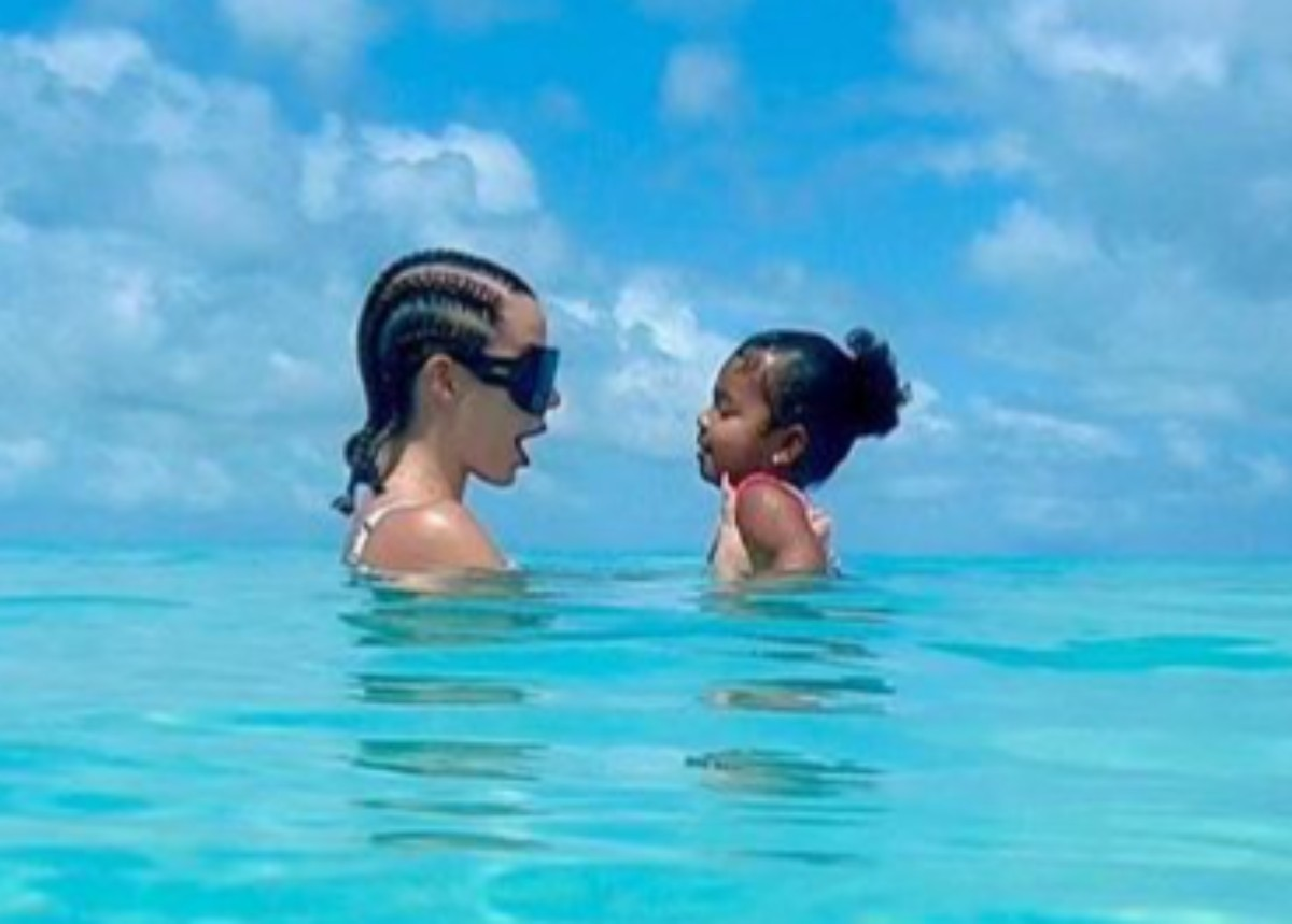 khloe-kardashian-and-daughter-true-thompson-wear-stylish-bathing-suits-during-their-luxury-vacation