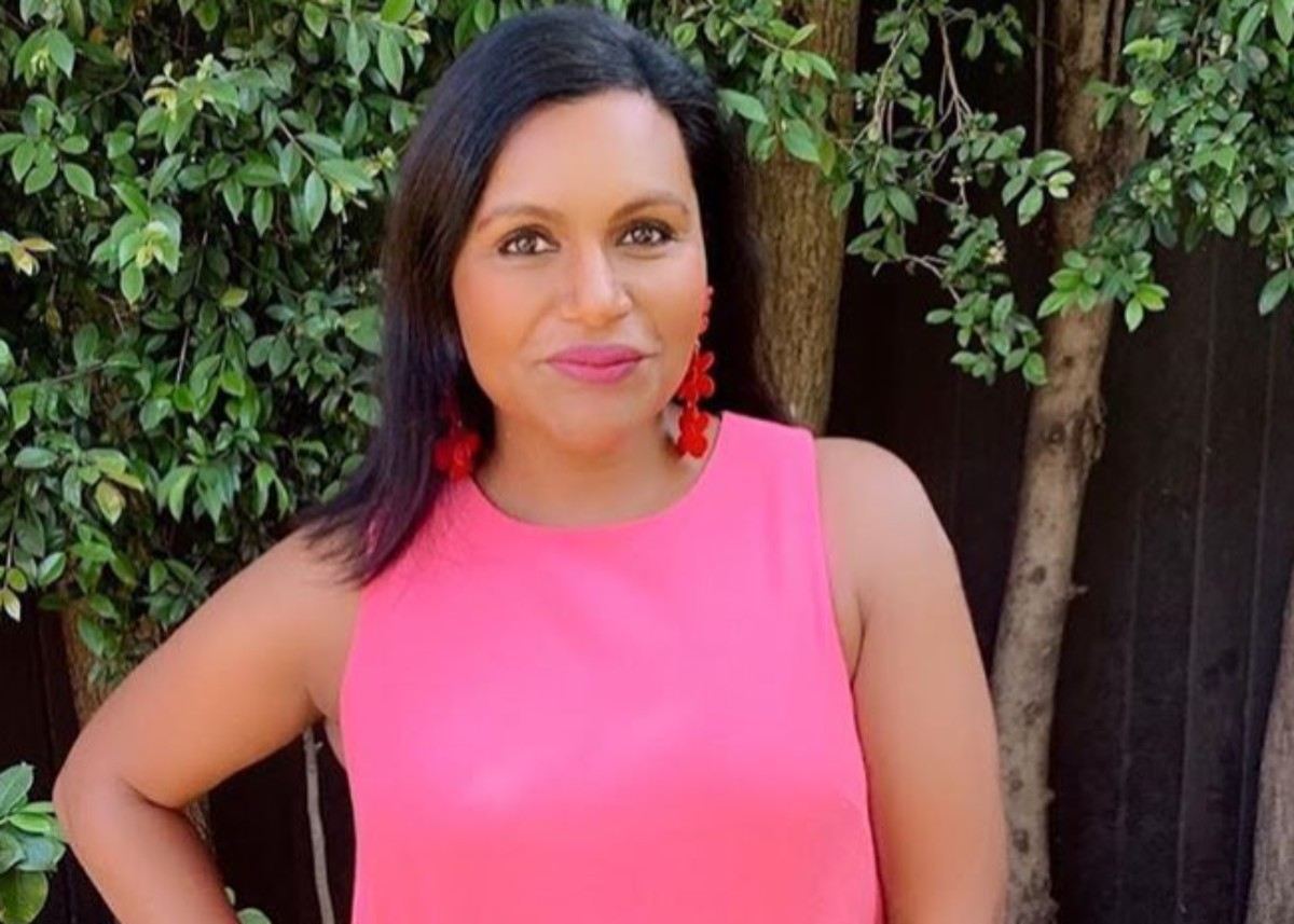 mindy-kaling-puts-on-a-gorgeous-display-with-pink-and-red-florals