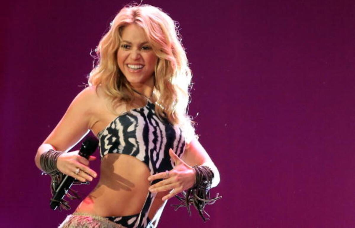 shakira-looks-gorgeous-in-bathing-suit-she-made-herself-check-out-the-sultry-beach-pic