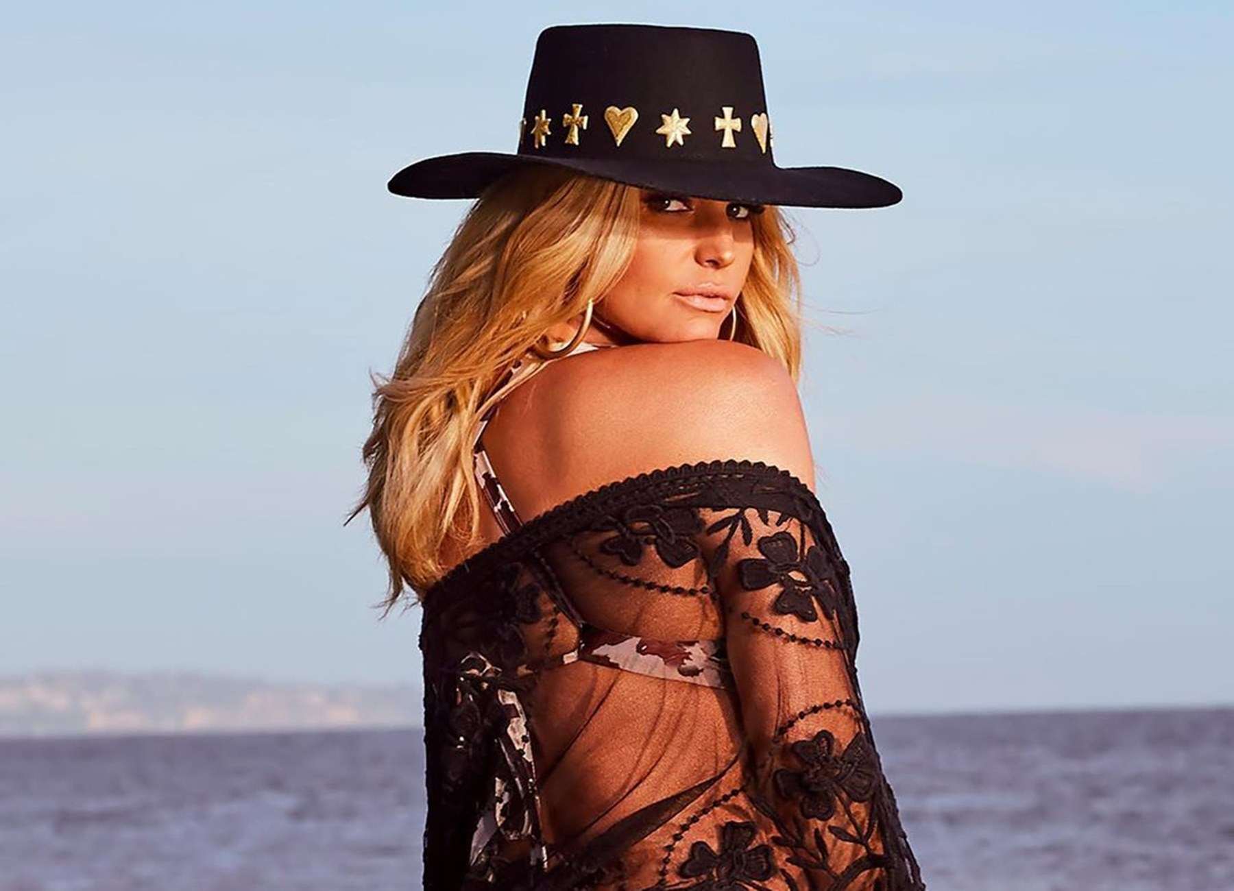 jessica-simpson-drops-pants-requirement-for-bodysuit-photo-from-quarantine-date