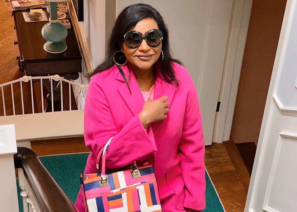 """mindy-kaling-hid-a-baby-bump-in-her-fashionable-outfits-and-the-internet-is-in-shock"""