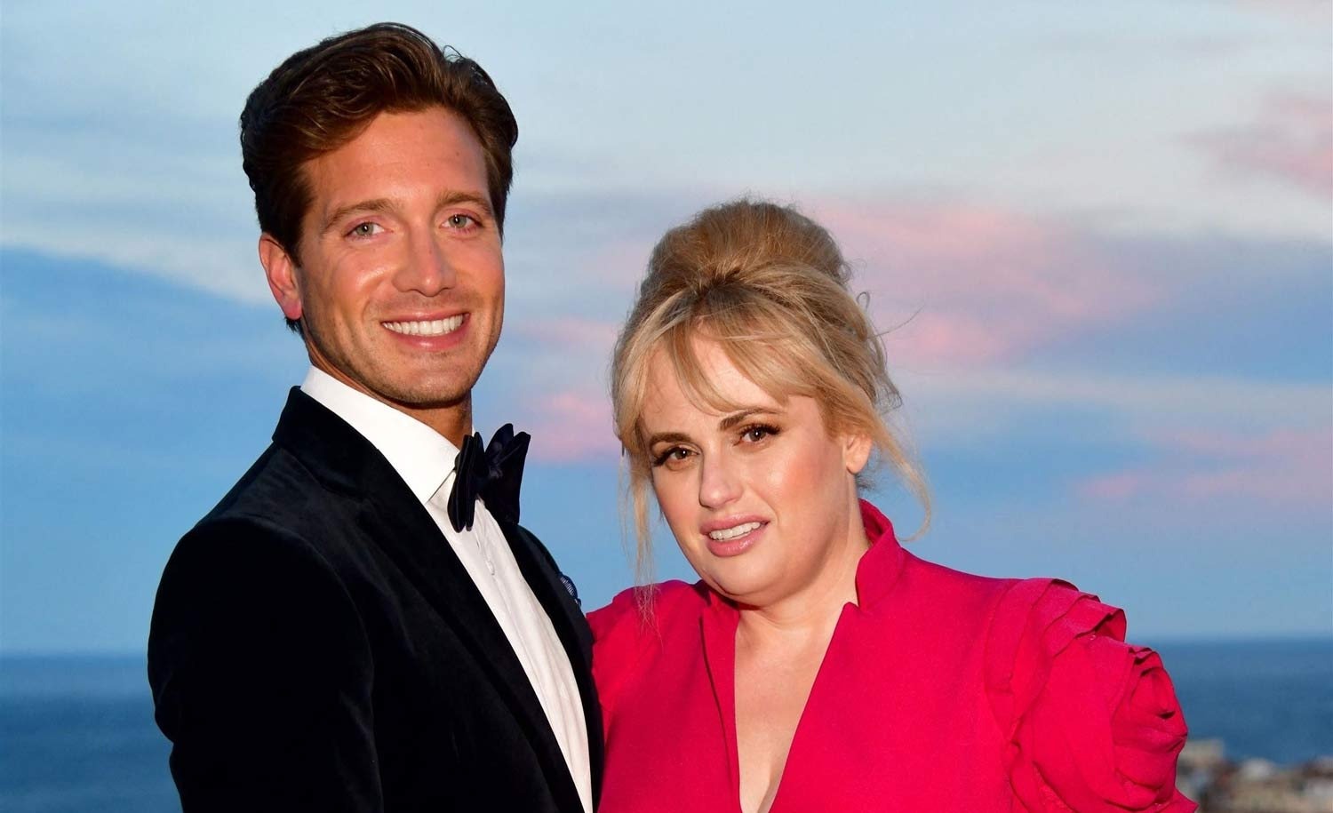 rebel-wilson-and-her-bf-jacob-busch-pack-the-pda-in-cute-beach-video-check-out-her-stunning-strapless-bathing-suit