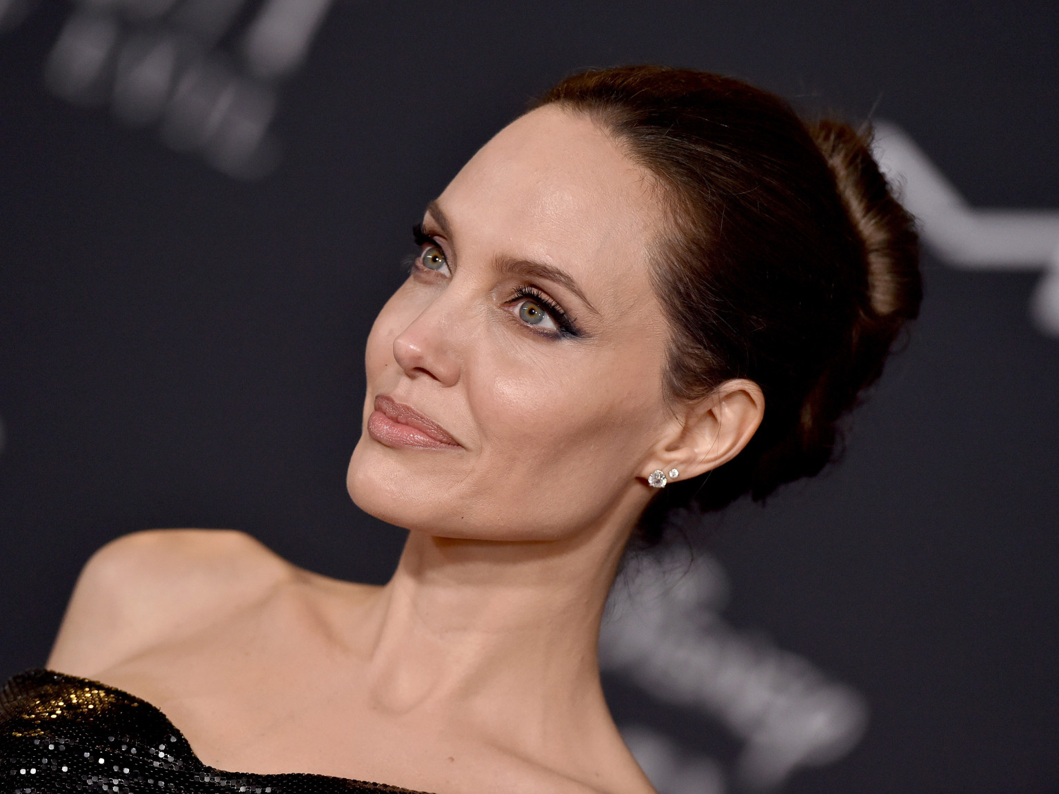 angelina-jolie-has-some-great-advice-for-victims-of-domestic-abuse-stuck-with-their-abusers-during-the-holidays