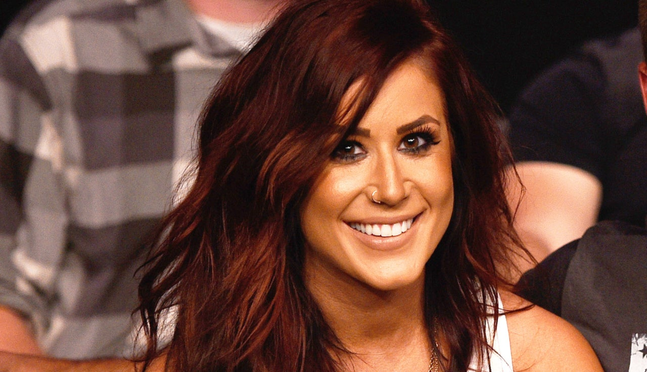 chelsea-houska-complains-about-having-swollen-ankles-and-back-pain-while-showing-off-her-pregnant-belly