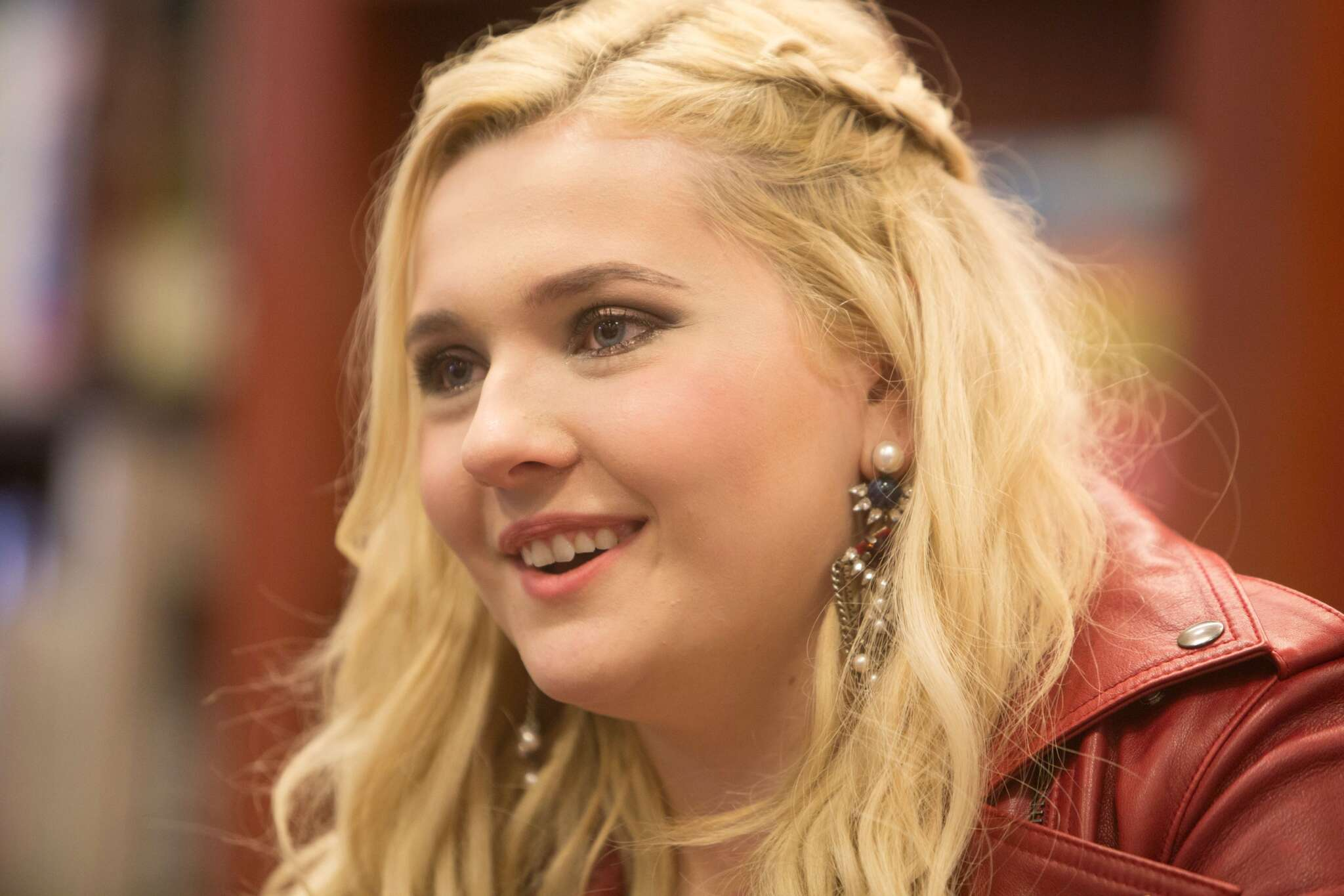 abigail-breslin-claps-back-at-disgusting-covid-19-comment-while-her-father-is-struggling-to-survive