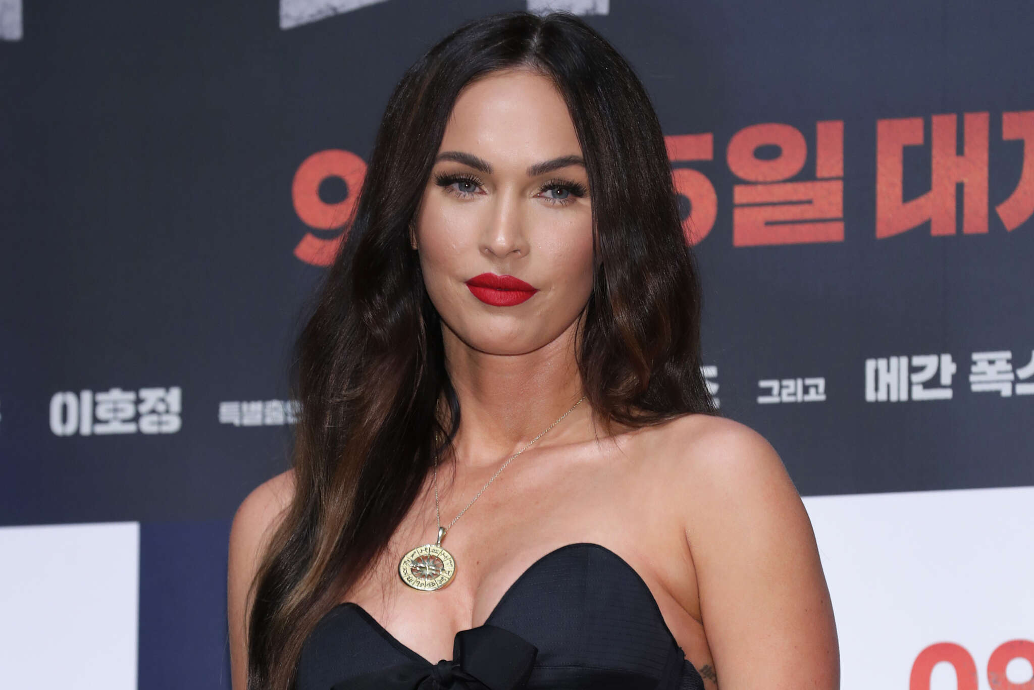 """megan-fox-fake-post-suggesting-shes-anti-mask-goes-viral-but-she-sets-the-record-straight"""