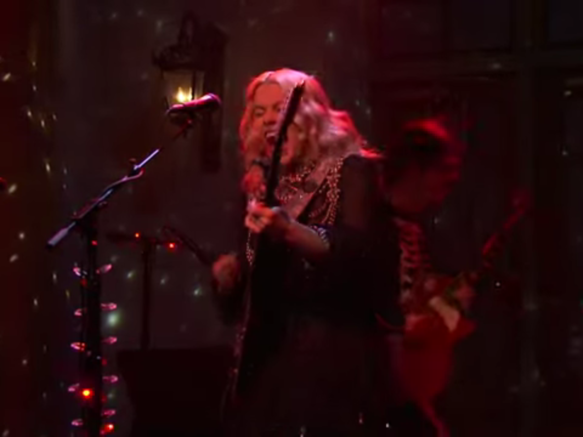 """""""phoebe-bridgers-falls-to-the-floor-screams-wildly-and-smashes-her-guitar-on-snl-see-the-video"""""""