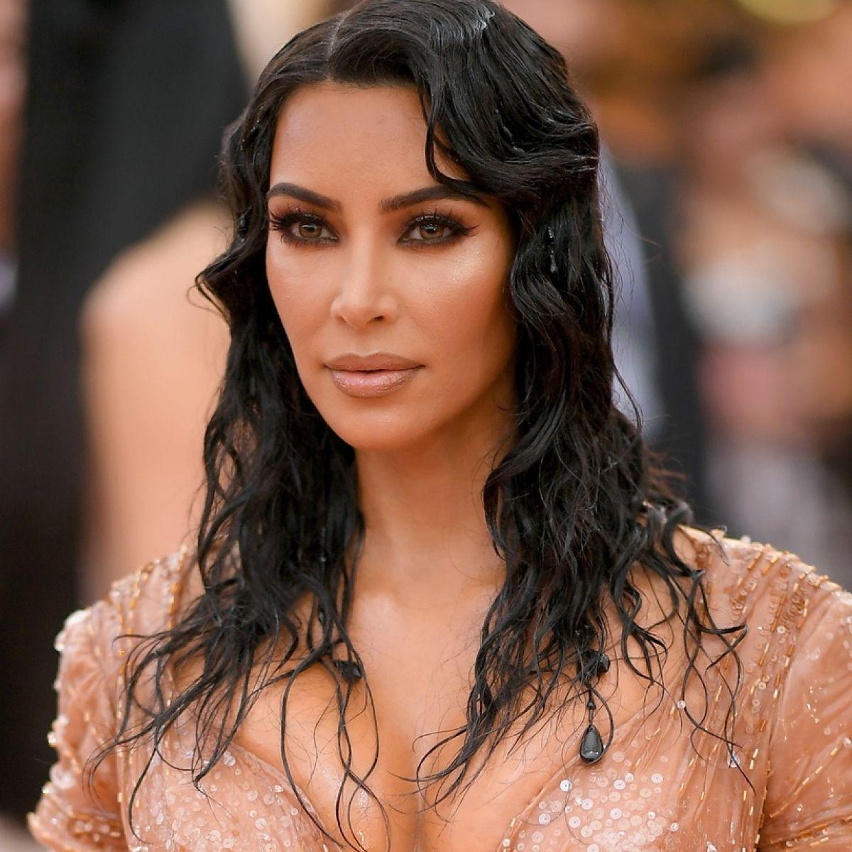 """kim-kardashian-denies-dating-travis-barker"""