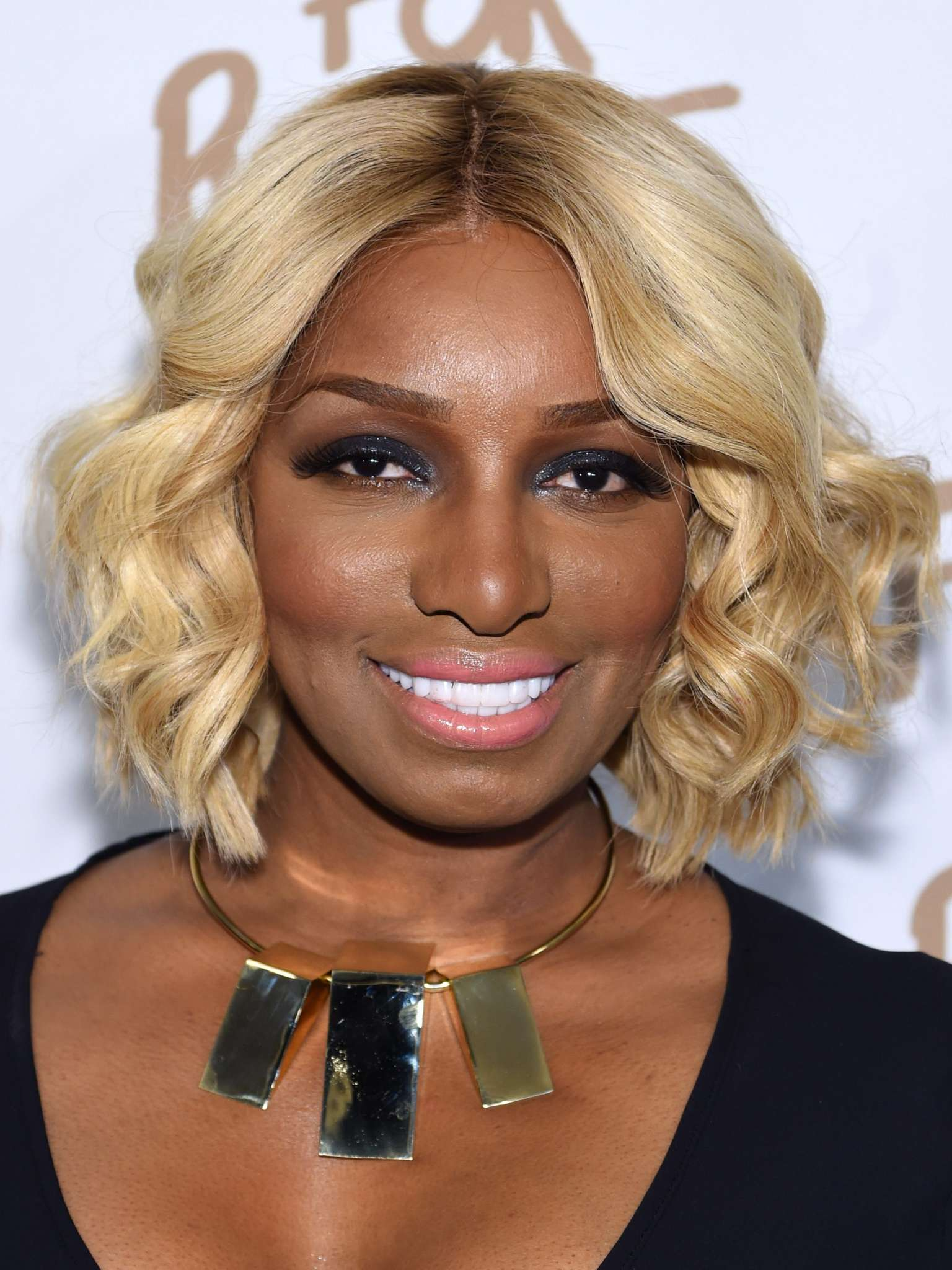 nene-leakes-looks-stunning-in-the-middle-of-her-linnethia-lounge